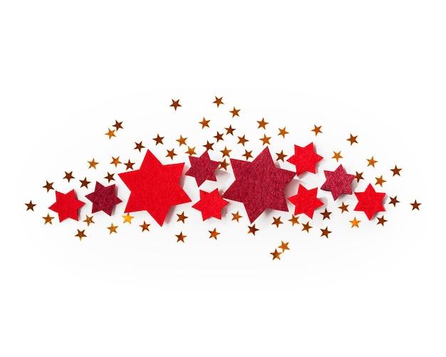 Boże narodzenie czerwone i złote gwiazdki na białym tle na białym tle ścieżki przycinającej zawarte. widok z góry, układ płaski