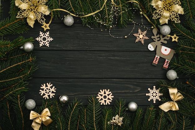 Boże narodzenie czy nowy rok ciemne tło drewniane, tablica xmas czarna ramka z dekoracjami sezonu, widok z góry