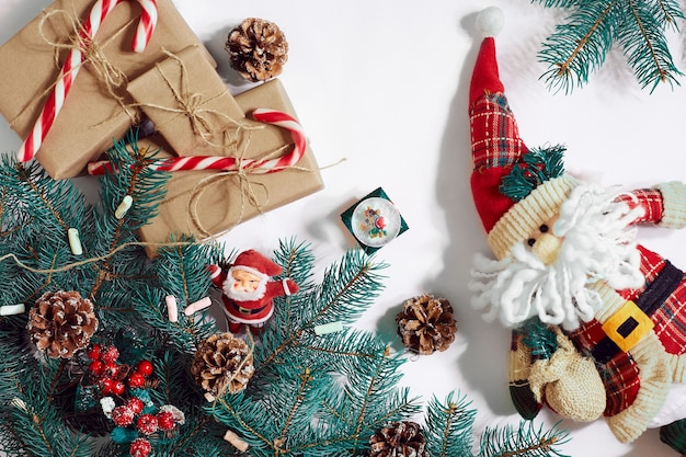 Boże narodzenie czy nowy rok tło: drzewo futra, gałęzie, prezenty, ozdoba na białym tle. miejsce na twój tekst, życzenia, logo. makieta. widok z góry. skopiuj miejsce. martwa natura. płaskie ułożenie