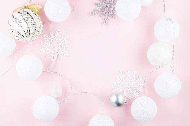 Boże narodzenie czy nowy rok tło. kulki biało-srebrne, ozdobne płatki śniegu i lekka girlanda