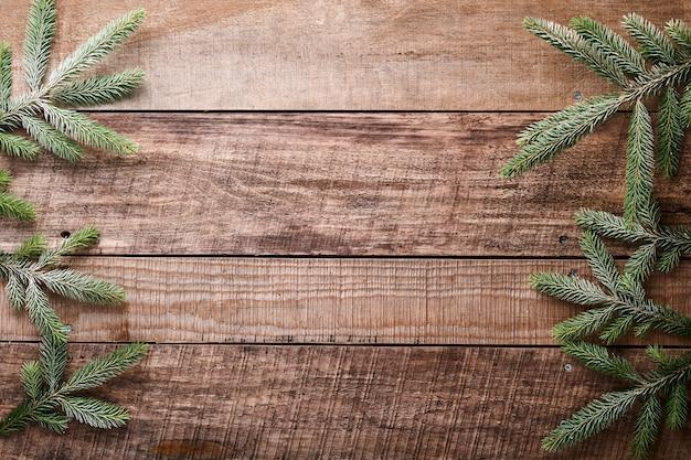 Boże narodzenie czy nowy rok tło z gałęzi jodły po prawej i lewej stronie na ciemnym tle drewnianych. miejsce na twój tekst
