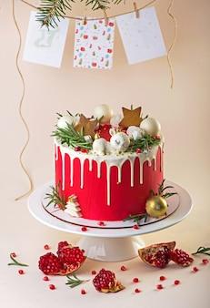 Boże narodzenie czy nowy rok udekorowane ciasto z kremowym kremem i żurawiną, selektywne focus