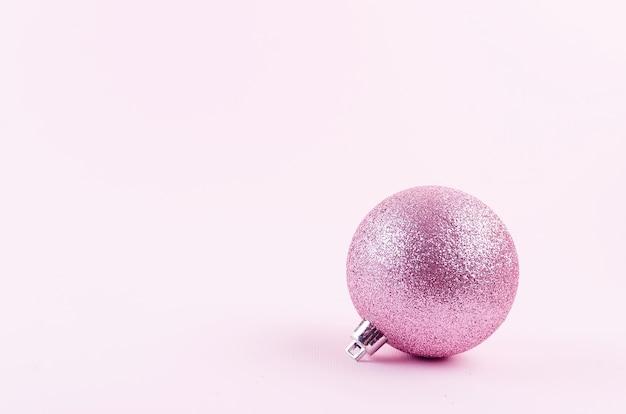Boże narodzenie czy nowy rok w tle. różowe bombki na pastelowym różowym tle. koncepcja święta bożego narodzenia. płaski układanie, widok z góry, kopia przestrzeń