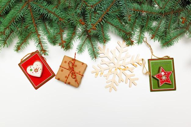 Boże narodzenie dekoracji sosnowych gałęzi prezenty płaskie świeckich