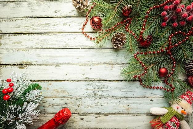 Boże narodzenie drewniane tła z jodły i dekoracje. widok z góry z miejscem na kopię
