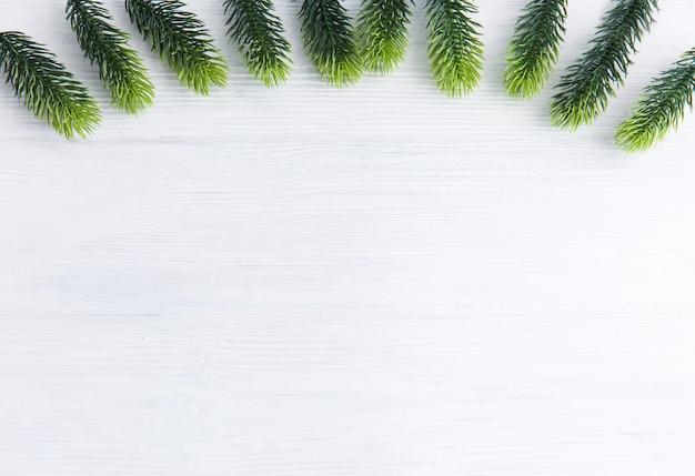 Boże narodzenie drewniane ze śniegiem jodły.