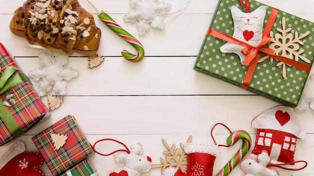 Boże narodzenie drewniany stół z prezentami i ozdobami
