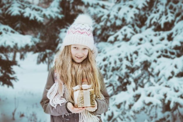 Boże narodzenie - dziewczyna trzyma prezenty w rękach