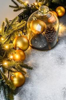 Boże narodzenie, gałęzie jodły i świąteczne zabawki. szczęśliwego nowego roku.