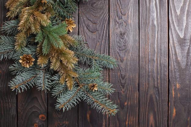 Boże narodzenie gałęzie jodły na stare ciemne drewniane tła