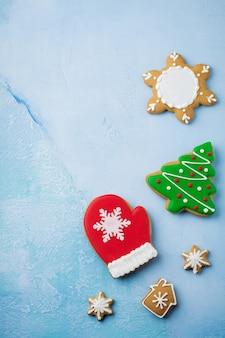 Boże narodzenie. grupa pierniki, cynamon, pomarańcza, zabawki i kubek gorącej czekolady na jasnoniebieskim tle.