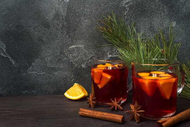 Boże narodzenie grzane czerwone wino z przyprawami i owocami na drewnianym stole rustykalnym