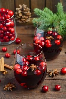 Boże narodzenie grzane wino. koncepcja wakacje ozdobione gałęzie jodły, żurawiny i przyprawy.