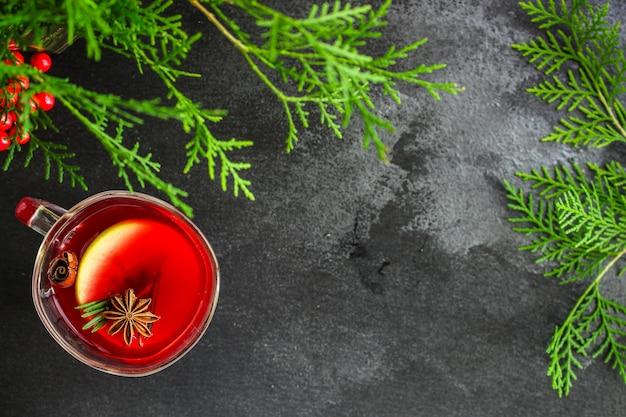 Boże narodzenie grzane wino na drewnianym stole