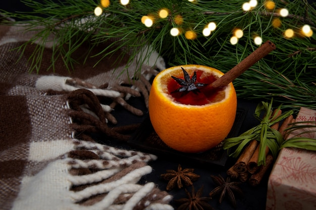 Boże narodzenie grzane wino w kolorze pomarańczowym z cynamonem. koncepcja przytulnych świąt bożego narodzenia