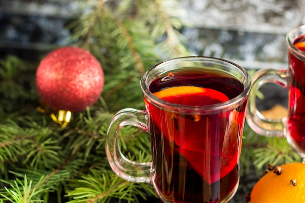 Boże narodzenie grzane wino z imbirowymi ciastkami pomarańczowy anyż goździkowy i cynamon na ciemnym stole
