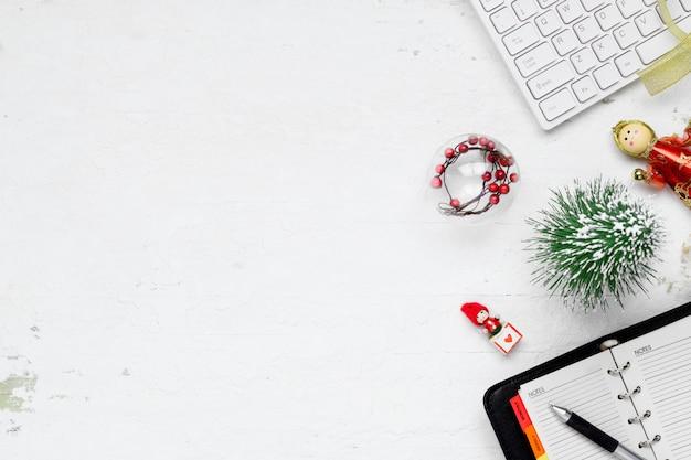 Boże narodzenie i nowy rok biurowa przestrzeń biurowa na płasko