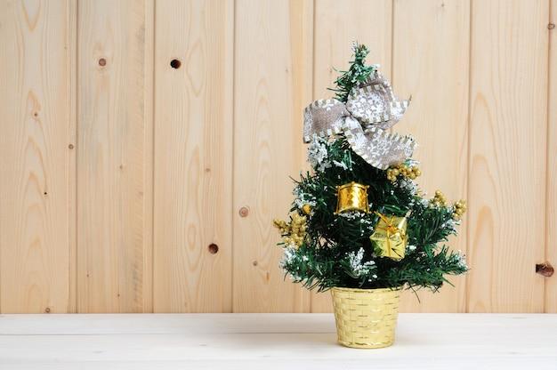 Boże narodzenie i nowy rok drzewo z zabawkami na podłoże drewniane