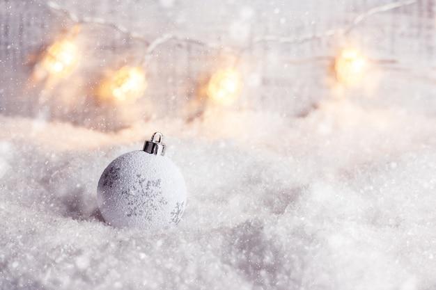 Boże narodzenie i nowy rok koncepcja tło z bombką na śniegu
