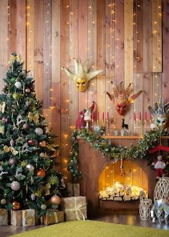 Boże narodzenie i nowy rok ozdobiły wnętrze drewnianego pokoju prezentami i choinką