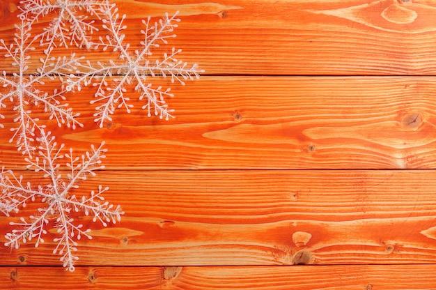 Boże narodzenie i nowy rok `s płatki śniegu na podłoże drewniane
