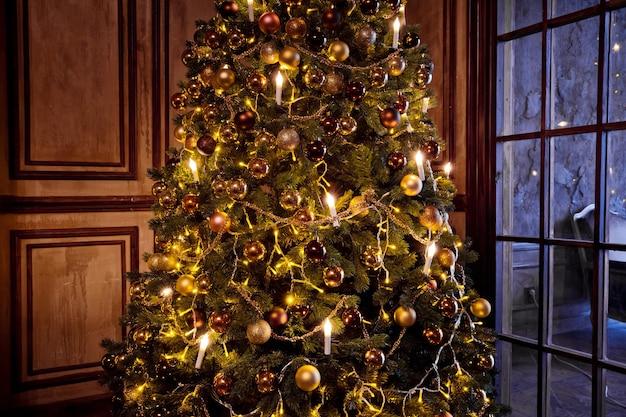 Boże narodzenie i nowy rok tło. drzewo noworoczne zdobione