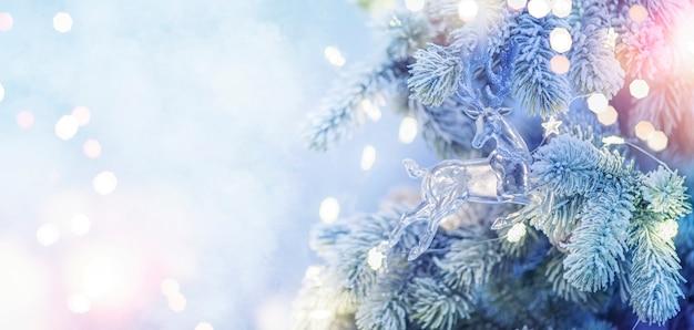Boże narodzenie i nowy rok tło wakacje. choinka z jasnym i rozmytym tłem