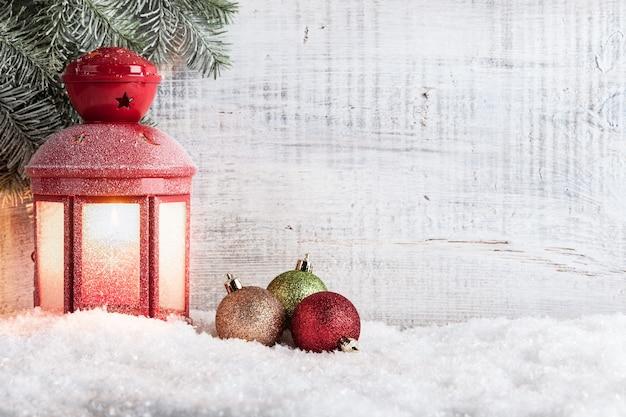 Boże narodzenie i nowy rok tło z świąteczną latarnią i bombkami