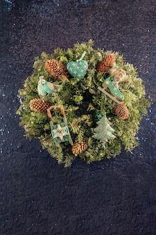 Boże narodzenie i nowy rok tradycyjny wieniec na drzwi z ręcznie robionymi zabawkami