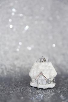 Boże narodzenie i nowy rok w tle zabawka choinkowa stoi na materiale haftowanym cekinami