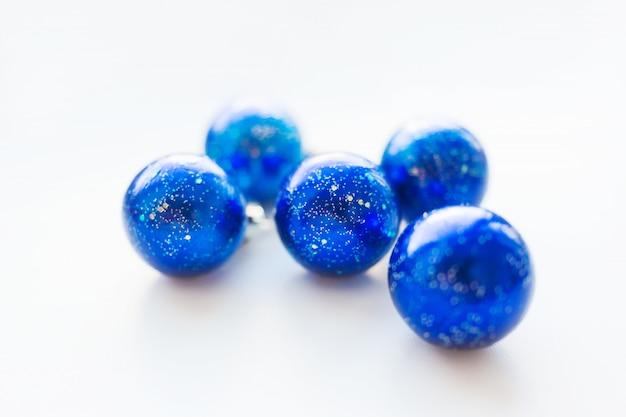 Boże narodzenie i nowy rok z niebieskimi gwiaździstymi ozdobnymi kulkami na choinkę.