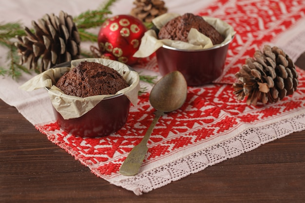 Boże narodzenie i nowy rok zimowy skład dwóch ciastek na ośnieżonym drewnianym stole z zielonymi gałązkami jodły