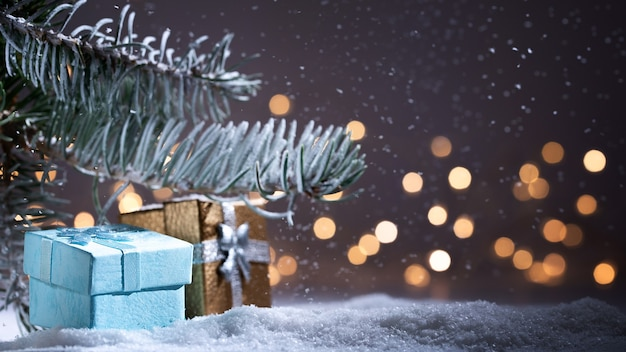 Boże narodzenie i prezenty z nocą i światłami. boże narodzenie tło z opadami śniegu, wiecznie zielone choinki
