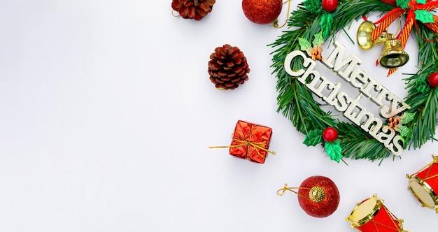 Boże narodzenie i szczęśliwego nowego roku tło z świąteczną dekoracją i miejscem na kopię. widok z góry. leżał płasko