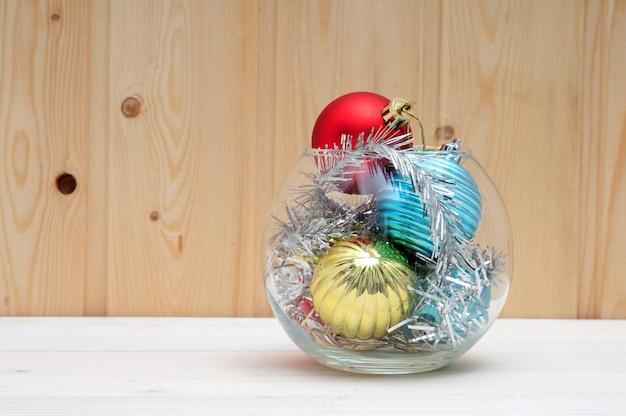 Boże narodzenie i zabawki oraz szklane akwarium na drewnianej powierzchni