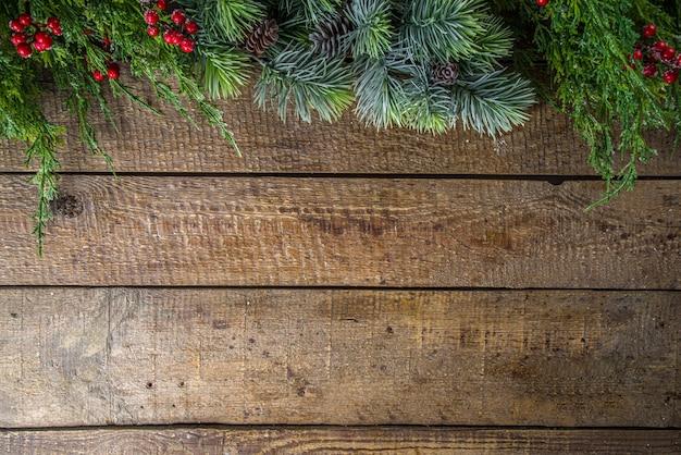 Boże narodzenie jodły na drewnianym tle
