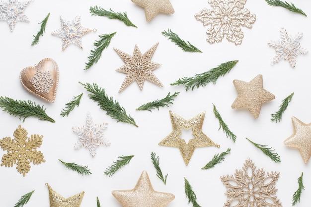 Boże narodzenie kartkę z życzeniami. dekoracja na białym tle drewnianych. koncepcja nowego roku. skopiuj miejsce. leżał na płasko. widok z góry.