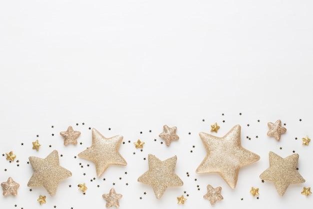 Boże narodzenie kartkę z życzeniami. świąteczna dekoracja na białym tle drewnianych. koncepcja nowego roku. skopiuj miejsce. leżał na płasko. widok z góry.