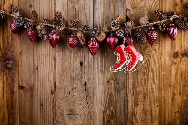Boże narodzenie kartkę z życzeniami. świąteczna dekoracja na podłoże drewniane. koncepcja nowego roku. skopiuj miejsce. leżał na płasko. widok z góry.