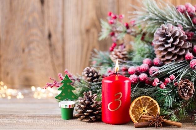 Boże narodzenie kartkę z życzeniami. świąteczna dekoracja na podłoże drewniane.