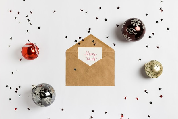 Boże narodzenie kartkę z życzeniami wesołych świąt bożego narodzenia koperta ozdoba kompozycji