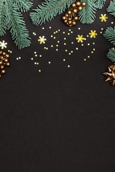 Boże narodzenie kartkę z życzeniami z gałęzi jodły, złotych gwiazd i płatków śniegu na czarno.