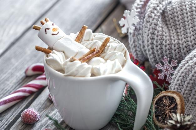 Boże narodzenie koncepcja kakao z piankami na drewnianym tle w przytulnej świątecznej atmosferze
