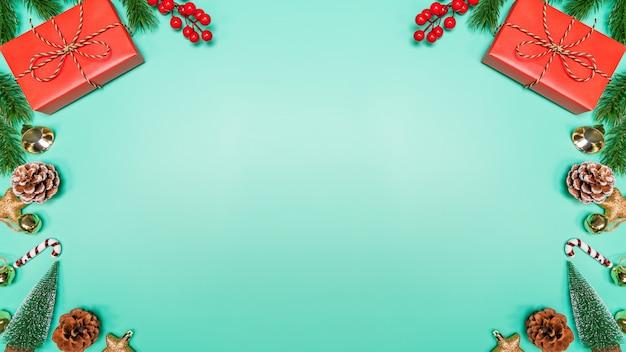 Boże narodzenie koncepcja tło. odgórny widok bożenarodzeniowa dekoracja, święty mikołaj i renifer z czerwonym prezenta pudełkiem na zielonym tle