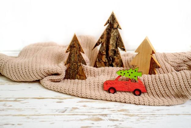 Boże narodzenie koncepcja wakacje z sosny na autko.
