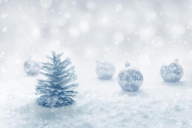 Boże narodzenie kula i szyszka na śniegu.