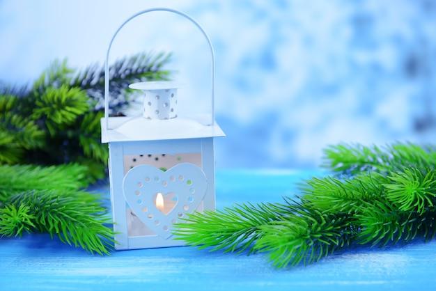 Boże narodzenie latarnia jodła i ozdoby na jasnym tle