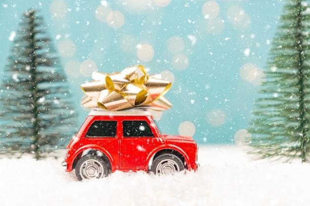 Boże narodzenie lub nowy rok kartkę z życzeniami z czerwonym autko i miniaturowe choinki i lampki choinkowe