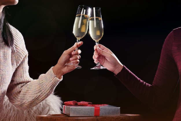 Boże narodzenie lub nowy rok ludzie ręce z kryształowe kieliszki pełne szampana