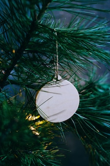 Boże narodzenie lub nowy rok tło, gałęzi choinki i vintage drewniana piłka